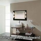 Badspiegel auf Holzwand